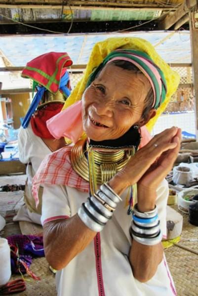 man nhan voi nhung co gai co dai Myanmar-min