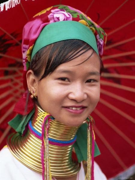 man nhan voi nhung co gai co dai Myanmar